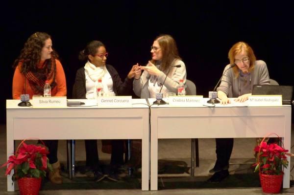 Silvia, Gennet y Cristina están en la mesa de conferencias junto a Isabela, la moderadora del acto