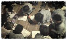 Alumnos de primaria practicando el dactilológico
